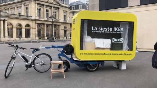 IKEA запустила по Парижу электровелосипеды с капсулами для сна, которые оборудованы товарами из магазина