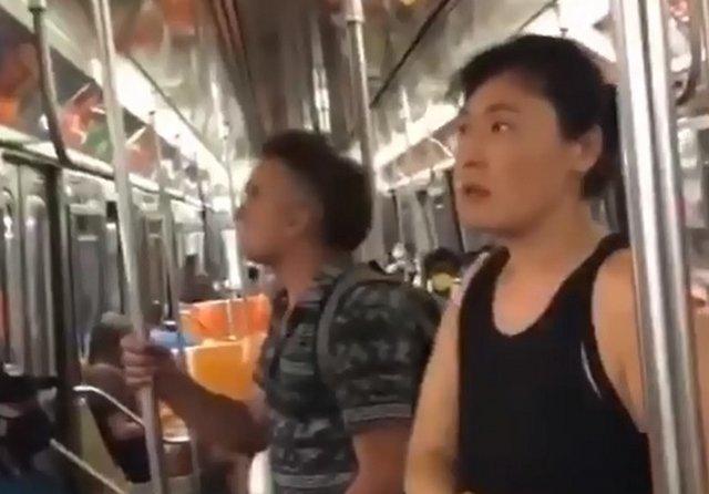 Ситуация в метро Нью-Йорка: женщина срывает рекламу с пропагандой оргий и извращениями