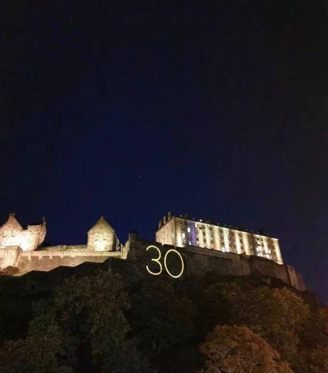 На главных достопримечательностях мира появилась загадочная цифра 30
