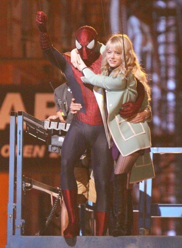 Эндрю Гарфилд и Эмма Стоун ждут команды «Мотор!» на съемочной площадке супергеройского фильма «Новый Человек-паук. Высокое напряжение»