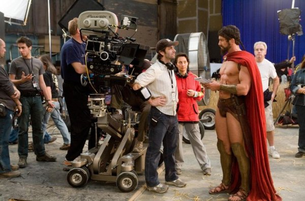 Режиссер Зак Снайдер и актер Джерард Батлер обсуждают сцену на площадке фильма «300 спартанцев»