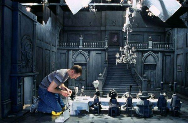 Аниматор Тим Аллен работает с персонажами бертоновского мультфильма «Труп невесты»