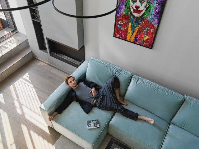 Посмотрите, как живет самый популярный актер России - Саша Петров в Москве