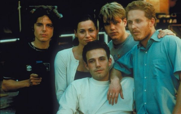 Кейси Аффлек, Минни Драйвер, Мэтт Деймон, Бен Аффлек и Коул Хаузер на съемках фильма «Умница Уилл Хантинг» в 1997 году