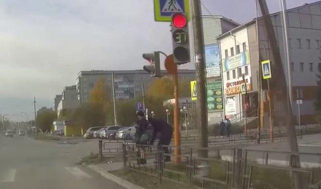 """В Ачинске заметили """"любопытного"""" мужчину, который лезет с камерой телефона под юбки девушкам"""