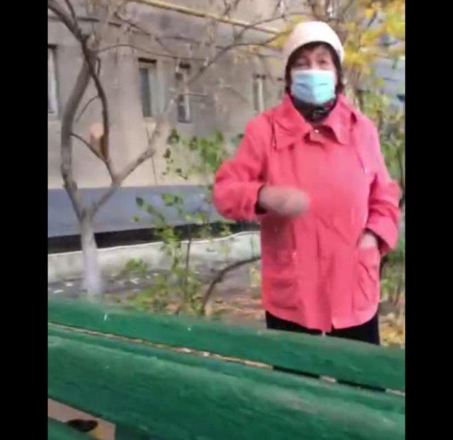 """""""Банда"""" пенсионеров прогоняет парня со своего двора"""