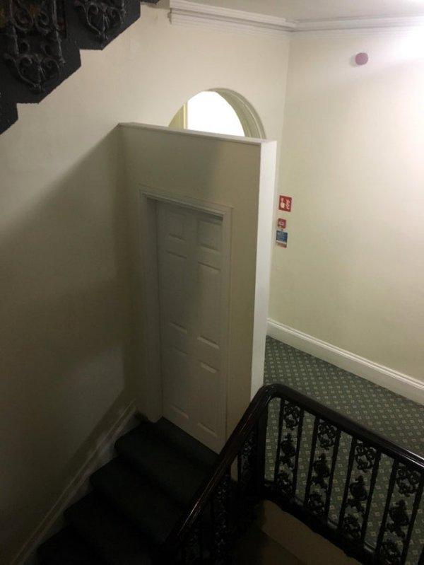 Эта странная дверь наверху лестницы в отеле