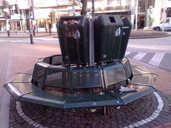 Мусорные баки над скамейками для экономии места — это так себе решение