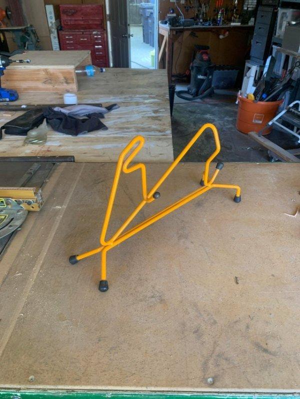 Что это за штука? Она сделана из жёлтого пластика, на разных концах у неё пластиковые насадки