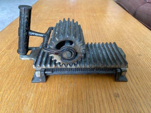 Тяжёлый металлический предмет. На ручке написано, что он сделан в 1880 году