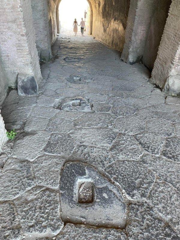 Что это за дыры в земле? Они расположены на входе в римский амфитеатр в Помпеях
