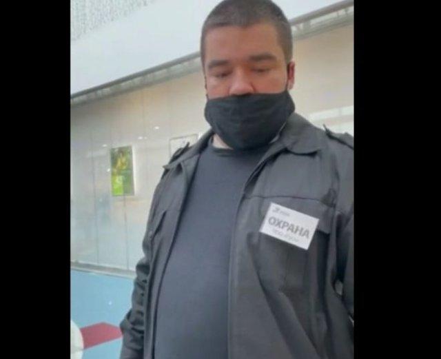 Охранник не пускает девушку в торговый центр, потому что она не показывает паспорт