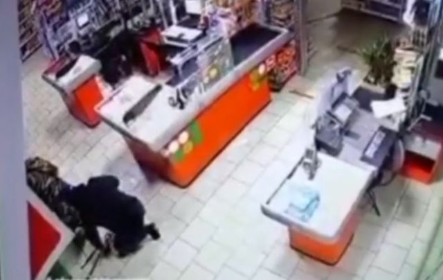 """""""Гениальное"""" ограбление: грабители взорвали банкомат в супермаркете"""