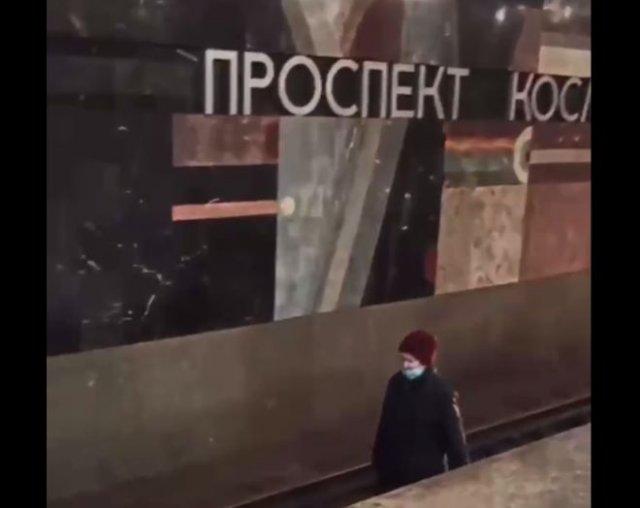 В метро Екатеринбурга заметили пенсионерку, которая спокойно шла по рельсам