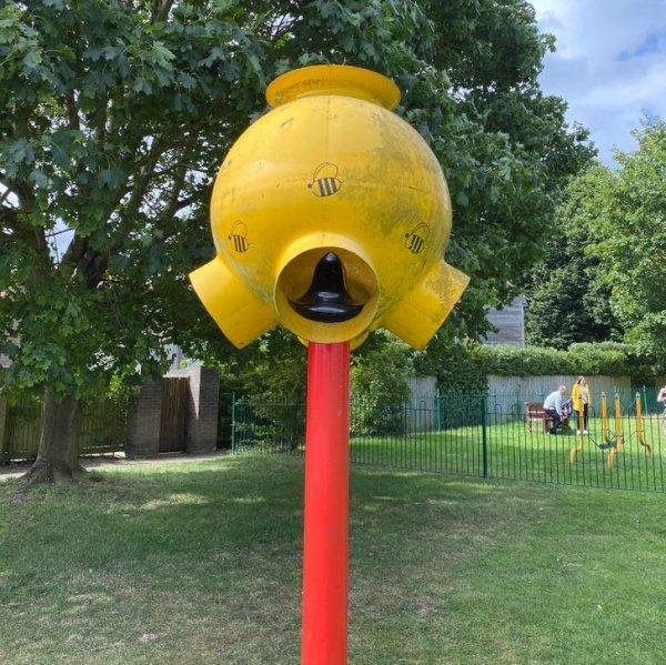 Что это за странная металлическая штука, установленная рядом с детской площадкой?