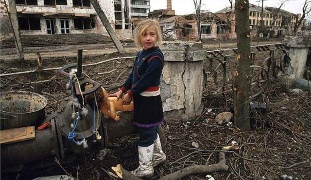 Девочка играет в куклы во время войны, Чечня, 1995 год