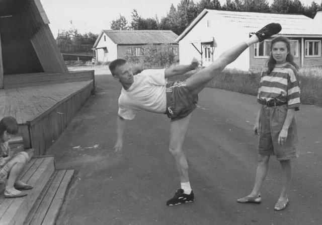 Парень показывает свое умения бить ногой перед девушкой, 90-е годы