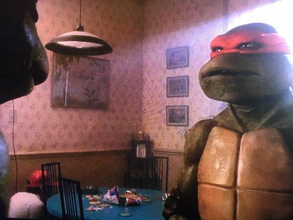 В «Черепашках-ниндзя» из 90-х можно заметить члена съёмочной команды, который плохо спрятался под столом