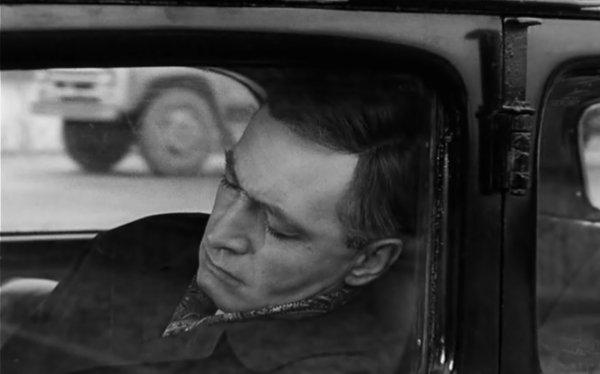 На фоне спящего в машине Штирлица проехал ЗИЛ-130 (серийное производство автомобиля началось в 1962 году).