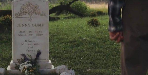 В «Форресте Гампе» главный герой говорит, что Дженни умерла утром в воскресенье, что не сходится с датой на её надгробии