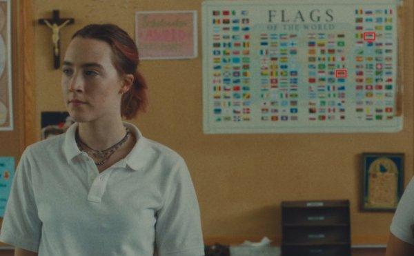 В фильме «Леди Бёрд», действие которого происходит в 2002 году, можно заметить ляп с флагами на плакате