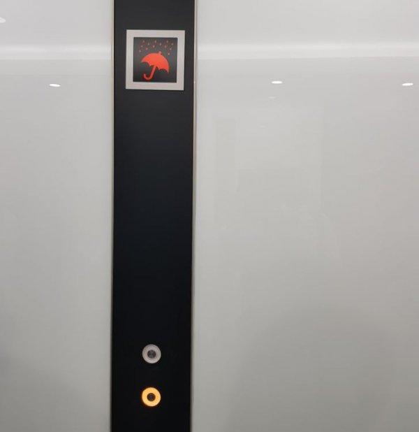 В некоторых зданиях в Японии возле кнопки вызова лифта есть экранчик, уведомляющий о дожде, чтобы в случае чего вы прихватили зонт