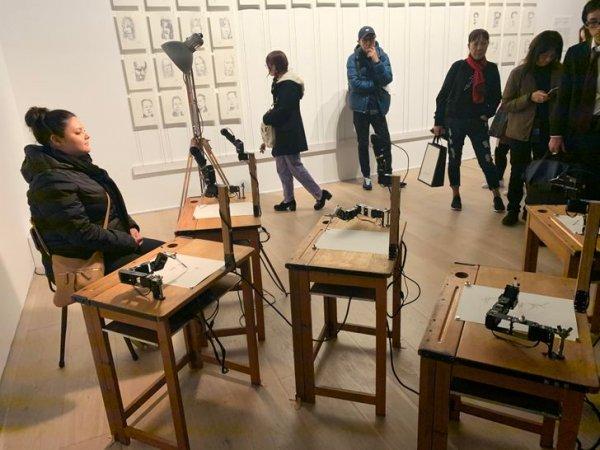 Ничего необычного, просто несколько роботов-портретистов работают над очередным творением