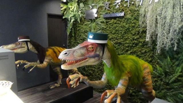 В Японии есть гостиница, в которой людей заселяютроботы-динозавры, работающие на ресшепшене