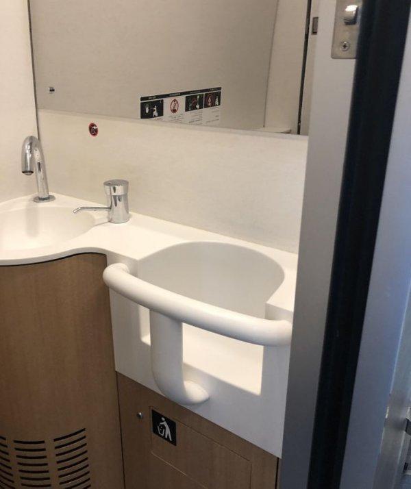 В туалетах японских поездов есть специальный стульчик для детей, чтобы родители могли спокойно воспользоваться уборной