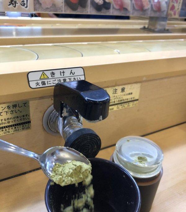 В этом токийском суши-баре к каждому столику проведен кран с горячей водой, чтобы посетители могли заварить зеленый чай