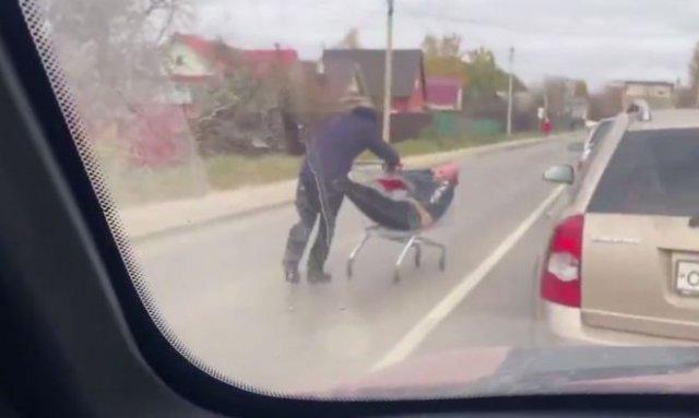 Друг в беде не бросит: мужчина довез пьяного товарища до дома на тележке из магазина