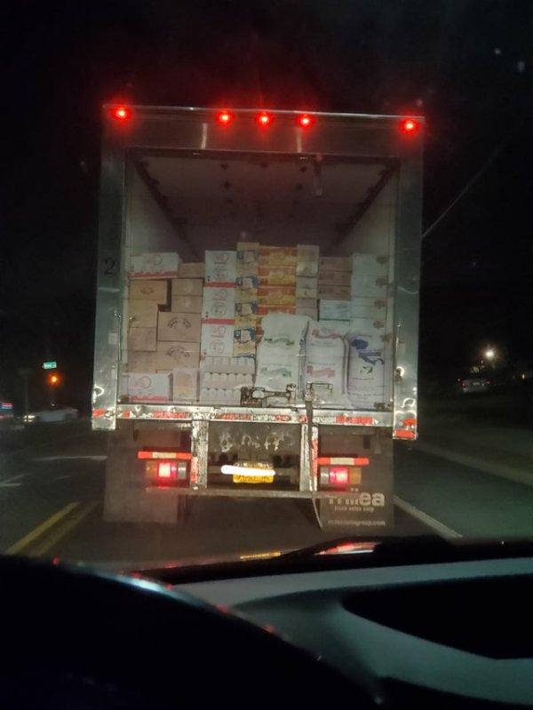 Эй, водитель, ты забыл закрыть грузовик!