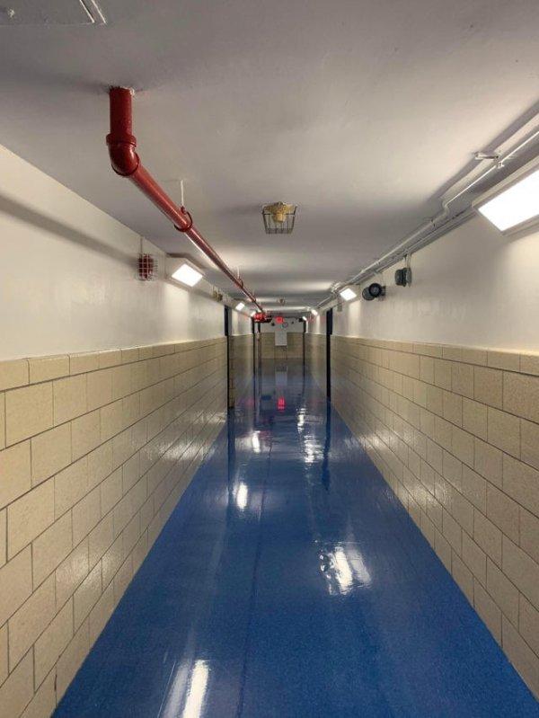 Коридор в подвале школы выглядит так, будто заполнен водой