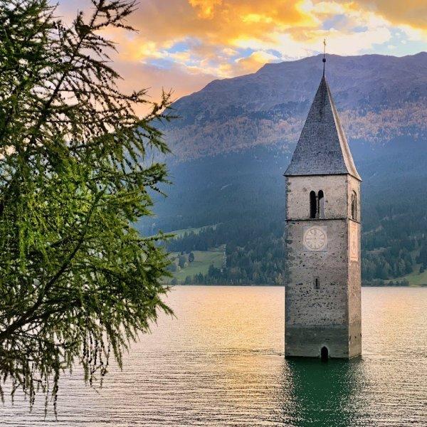 Затопленная колокольня на озере Резия, Италия