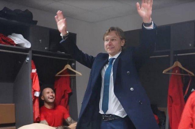В раздевалке сборной России спели песню во славу Валерия Карпина после победы над Словенией