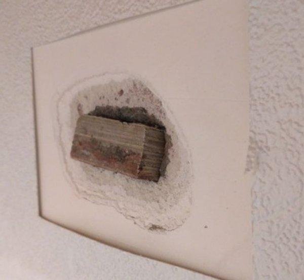 «Обнаружил вздутие на стене, которого не было раньше. Снял часть обоев, а там вот такой сюрприз от застройщика»