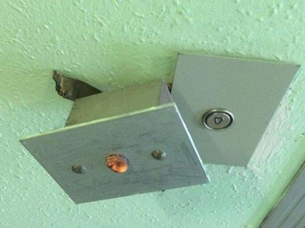 «Кнопку лифта поменяли! Все работает! Не смог пройти мимо шедевра современного подъездного ремонта»