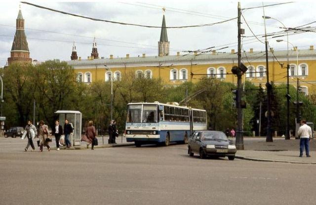 Москва в 1992 году. По Манежной площади ездят троллейбусы