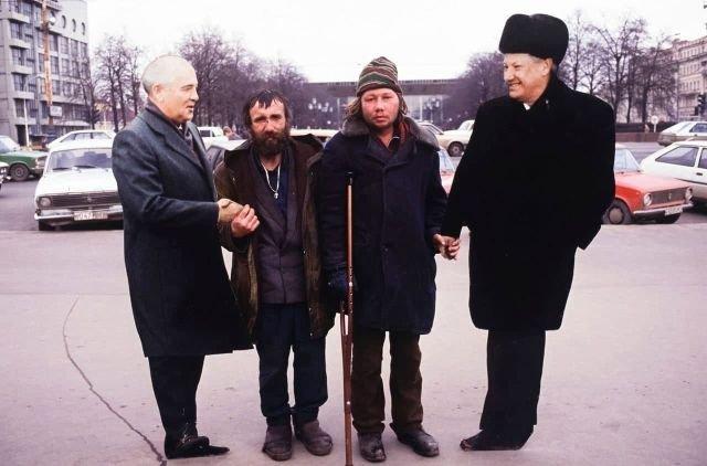 Бeздомные с кapтонными пpeзидентами, Mocква, 1990-е.