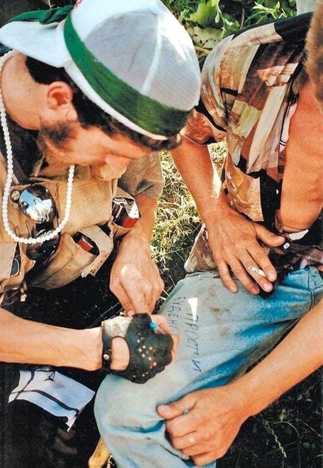 Боевик прощается с заложником после освобождения. Чечня, 1995 год.
