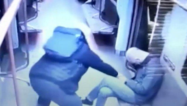 Мужчина в московском метро заметил уснувшего пассажира и ограбил его