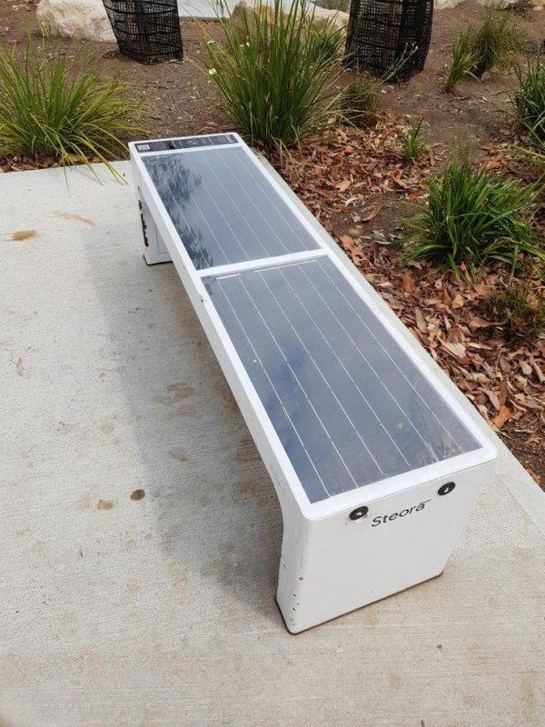 Cкамейка на солнечных батареях с USB-портами и возможностью беспроводной зарядки