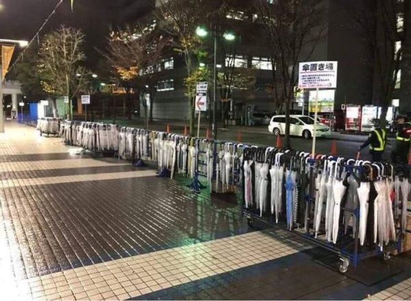 В Японии на улицах есть специальные подставки для зонтов на случай дождя