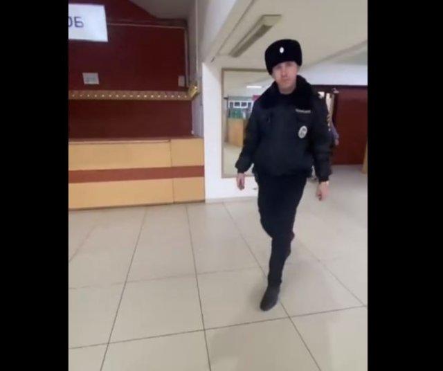 Полицейский без маски убежал от мужчины, которого оштрафовали за отсутствие той самой маски