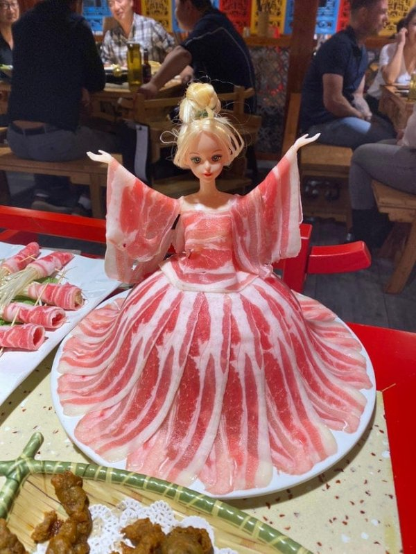 Барби в мясном платье