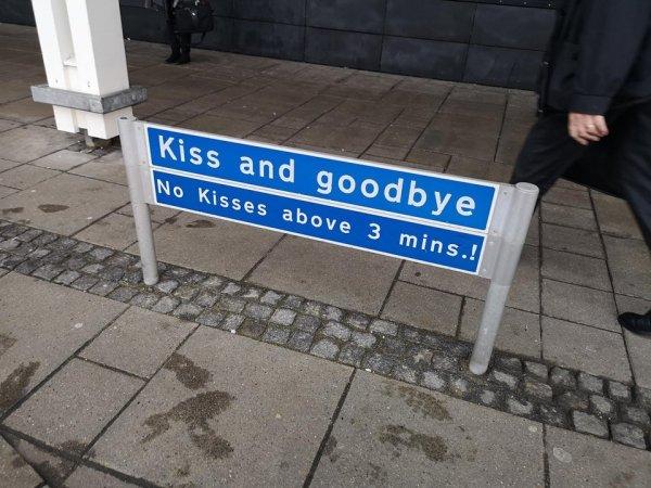 Место для поцелуев и прощаний. Не целоваться дольше 3 минут