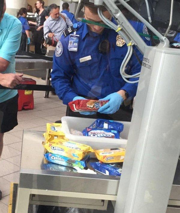Сегодня кто-то вёз с собой 50 коробок печенья, и с ним обращались как с наркобароном