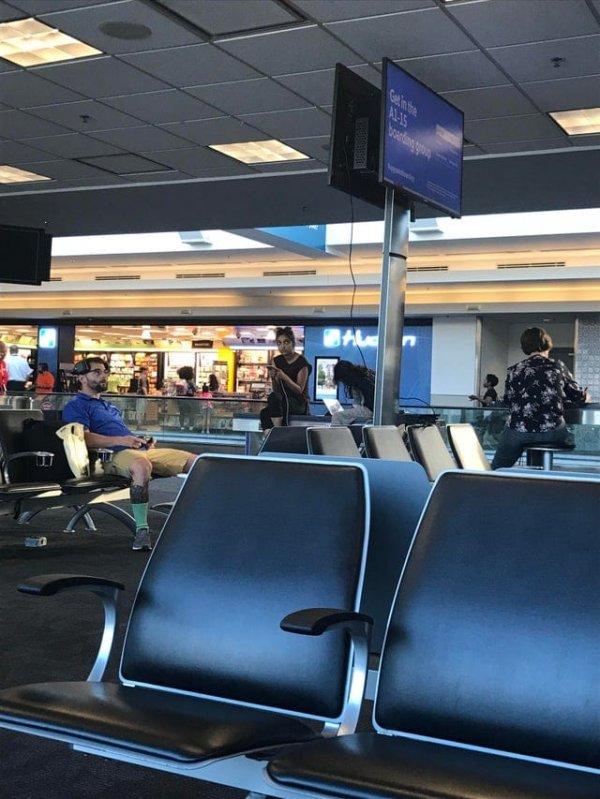 Этот парень узнал, что его рейс перенесли, и просто подключил свою приставку к телевизору