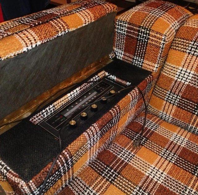 Клетчатый диван из 70-х — со встроенным радио