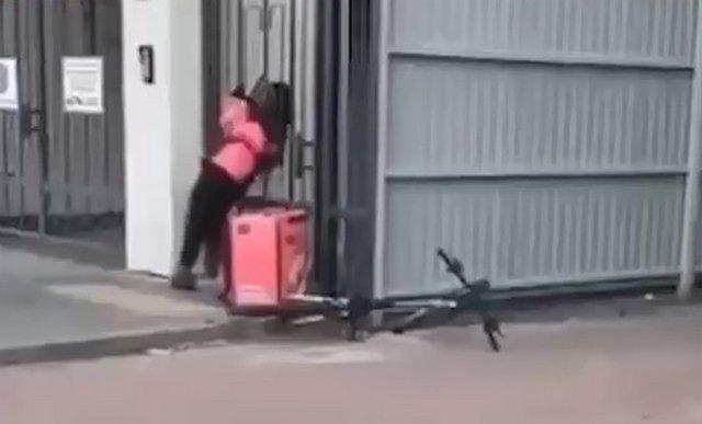 Целеустремленный курьер в Петербурге, который разорвал калитку, чтобы доставить заказ